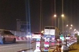 Xe bồn nổ lốp lao vào dải phân cách trên cầu Thanh Trì khiến 4 người bị thương
