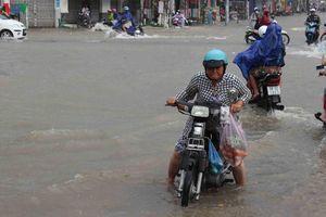 Triều cường dâng tràn bờ bao khiến TP Cần Thơ ngập nặng