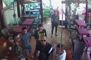 Đồng Nai: Giang hồ xông vào quán cà phê rút dao đánh người