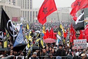 Bất chấp mưa gió, hàng chục nghìn người lại xuống đường biểu tình ở Nga