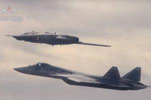Cặp đôi song sát: Nga tung hình ảnh drone tàng hình 'Thợ săn' và Su-57 tác chiến trên không
