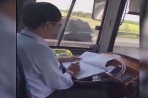 Clip: Hoảng hồn cảnh tài xế xe khách vừa lái xe vừa cắm mặt viết lách