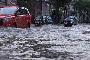 Đỉnh triều cường về, nước ngập sâu nhiều tuyến đường tại TP Hồ Chí Minh