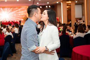 Chồng Việt kiều hôn Ngọc Hiền giữa chốn đông người