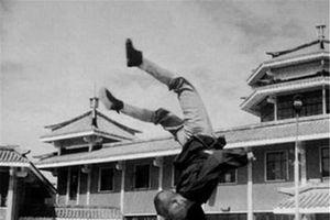 Ảnh độc: Võ sư Thiếu Lâm thi triển công phu đầu TK 20