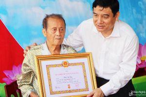 Cụ ông 103 tuổi đời, 80 năm tuổi Đảng nhớ mãi Lễ kết nạp Đảng trên cánh đồng ngô bên sông Lam