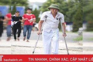70 tuổi vẫn chống nạng đến sân cổ vũ cho Hồng Lĩnh Hà Tĩnh