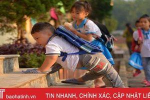 Xót xa cậu bé ở Hà Tĩnh đến trường bằng đôi tay