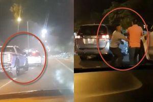 Clip tài xế ô tô ở Quảng Nam ốm đòn vì đánh võng cà khịa xe bán tải phía sau