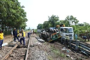 Bị tàu hỏa đâm, tài xế xe container may mắn thoát chết