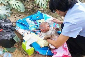 Xót xa em bé sơ sinh bị bỏ rơi bên đường, mặt sưng tấy vì kiến cắn