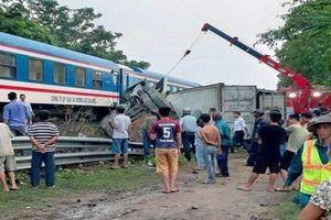 Qua đường sắt không quan sát, xe container bị tàu hỏa đâm gãy đôi