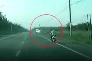 Xe khách 16 chỗ mất lái, đâm đổ cột điện ở Đồng Nai