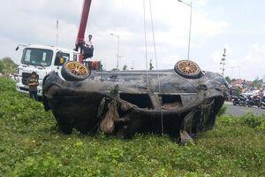 Tiền Giang: Trục vớt ô tô Mercedes lao xuống kênh khiến 3 người tử vong