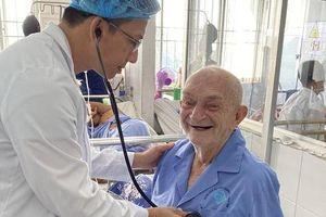 90 phút gay cấn cứu sống khách du lịch Bỉ 90 tuổi bị nhồi máu cơ tim cấp