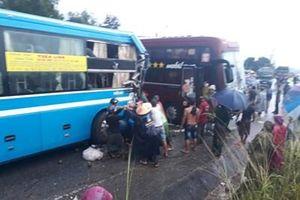 Kon Tum: Xe khách giường nằm đâm nhau, hai người bị thương nặng