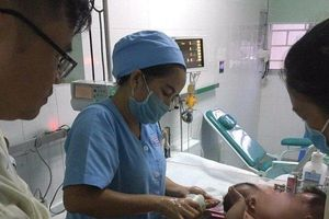 Đang phẫu thuật cho hai bé sơ sinh 1,5 tháng tuổi dính liền phần bụng tại TP.HCM