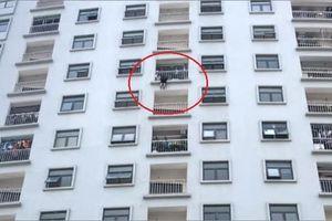 Giải cứu một phụ nữ treo lơ lửng trên tầng 10 tòa nhà chung cư