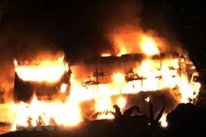 Đang lưu thông, xe khách giường nằm bất ngờ bốc cháy dữ dội lúc rạng sáng