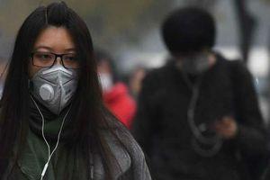 Không khí ô nhiễm, khẩu trang thành mặt hàng 'đắt như tôm tươi', giá tiền triệu không thành vấn đề với nhiều người