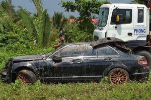 Nguyên nhân ban đầu vụ ô tô Mercedes cùng 3 người tử vong dưới kênh nước