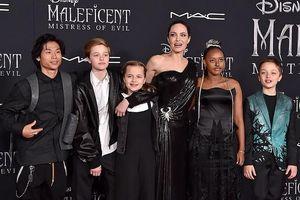 Angelina Jolie diện đầm Versace sang chảnh dự ra mắt phim cùng các con