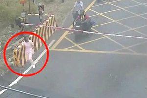 Clip: Chờ tàu hỏa đi đến, nữ y tá lao ra nằm giữa đường ray tự tử