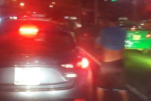 Nam thanh niên thản nhiên dừng ô tô giữa phố đông người để tè bậy