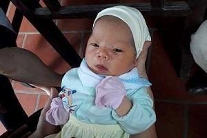 Bé trai sơ sinh được đặt trong thùng giấy bỏ trước cửa chùa