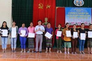 Trao quyết định nhập quốc tịch Việt Nam cho 350 người dân vùng biên giới Việt - Lào