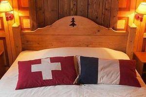 Khách sạn có chiếc giường nằm trên biên giới hai quốc gia