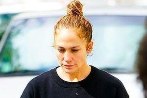 Jennifer Lopez lộ bọng mắt, da nhăn khi để mặt mộc