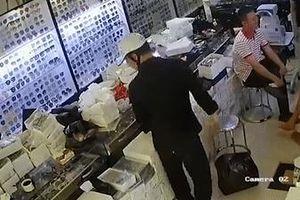 Trộm điện thoại giữa cửa hàng đông người