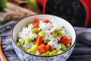 Bé ăn tì tì món cơm trộn đậu, cà rốt vừa đẹp mắt vừa dinh dưỡng