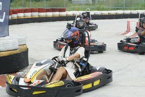 Cuối tuần, giới trẻ Sài Gòn rủ nhau đi đua xe Go-Kart