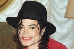 Michael jackson trước năm 1975 được phiên âm thành Mạnh Khắc Lạc Khắc Tốn; và hơn 100 tên quốc gia, địa danh, ca sĩ, diễn viên điện ảnh… đọc lên rất lạ tai