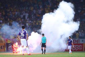 'Soi' hooligan ở sân Mỹ Đình trận tiếp Malaysia