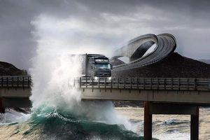 Sóng dồn dập, nước tràn lên con đường xuyên biển 9 km tuyệt đẹp