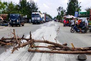 Quảng Ngãi: Hóa chất rơi vãi đầy đường, dân bức xúc chặn xe