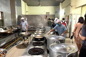 Mức sàn bị bỏ ngỏ, bữa ăn công nhân ngày càng 'teo tóp'