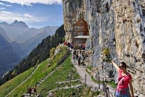 Những khách sạn cheo leo vách núi nổi tiếng trên thế giới