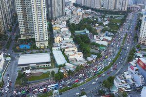 Đường Nguyễn Hữu Cảnh kẹt xe kéo dài dù chưa sửa