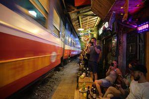 Café đường tàu: Bất lực chờ.. tai nạn