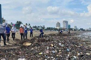 Hàng chục tấn rác bất ngờ 'tấn công' bờ biển Vũng Tàu sau một đêm, công nhân gồng mình thu gom