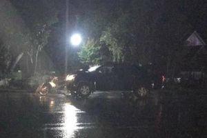 Hai người bị xe bán tải tông chết khi đứng bên đường nói chuyện