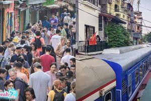 Tàu hỏa chạy ngang phố cà phê Phùng Hưng phanh khẩn cấp vì dân mải uống nước chạy không kịp