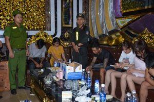 Hàng chục kẻ phê ma túy nhảy nhót điên loạn trong quán karaoke