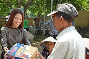 Tố My hạnh phúc khi đi làm từ thiện cùng Quang Lê và học trò