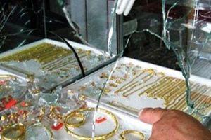 Trộm cạy cửa lấy 200 cây vàng ở Bình Dương