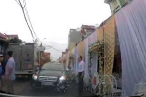Dựng rạp ngay giữa lòng đường, đám cưới gây cản trở giao thông